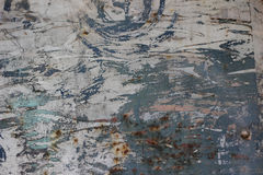Alte rostige Metalltür mit schmutziger Beschaffenheit der Sprünge, des Rosts und der losen Stücke Stockfotografie