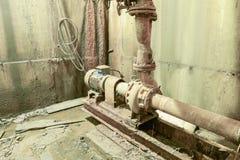 Alte rostige Pumpe im Keller Keller eines Wasserpumpennotfall Lizenzfreies Stockfoto