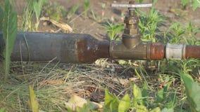 Alte rostige Rohre und ein Wasserhahn stock footage