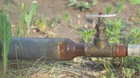 Alte rostige Rohre und ein Wasserhahn stock video
