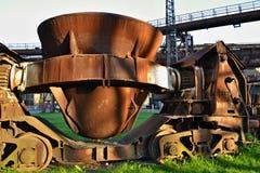 Alte rostige Schale für Castingstahl auf einem Schienenfahrzeug Stockfotos
