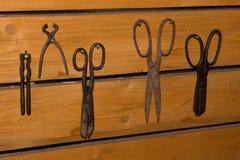 Alte rostige Scheren hergestellt vom Eisen Stockfotos