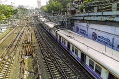 Alte rostige Schienen, die zu Mumbai-Hauptbahnhof führen Lizenzfreies Stockfoto
