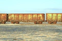 Alte rostige Schienenfahrzeuge mit Stalaktiten des Salzes Lizenzfreies Stockbild