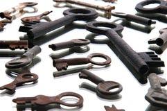 Alte rostige Schlüssel auf weißem Hintergrund spiegel Stockfoto
