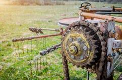 Alte rostige Spezies des Teils landwirtschaftlicher Maschinerie in den ländlichen Gebieten Stockfoto