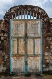 Alte rostige Tür mit Auflagenverschlüssen und Felsen wölben sich am historischen Palast des Fon, Bafut, Kamerun, Afrika Stockfotos
