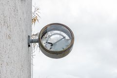 Alte rostige Uhr mit defektem Glas und Skala Lizenzfreie Stockfotografie