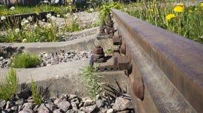 Alte rostige verlassene Eisenbahn mit Betonschwellen Lizenzfreie Stockbilder