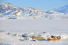 Alte rostige verlassene Schiffe auf Bergen Lizenzfreies Stockfoto