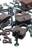 Alte rostige Vorhängeschlösser und Schlüssel auf weißem Hintergrund spiegel Stockfotos