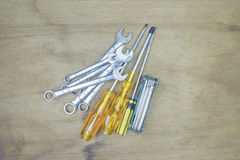 Alte, rostige Werkzeuge, die auf einem Holztisch liegen Stockbilder