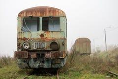 Alte rostige Züge Alte verlassene Bahn, versehend mit schmutzigem altem tra mit Seiten Stockbild