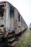 Alte rostige Züge Alte verlassene Bahn, versehend mit schmutzigem altem tra mit Seiten Stockfoto