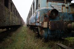 Alte rostige Züge Alte verlassene Bahn, versehend mit schmutzigem altem tra mit Seiten Lizenzfreie Stockfotografie