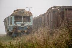 Alte rostige Züge Alte verlassene Bahn, versehend mit schmutzigem altem tra mit Seiten Stockfotos