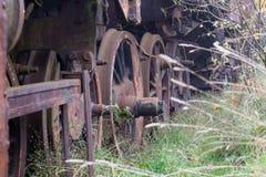 Alte rostige Züge Alte verlassene Bahn, versehend mit schmutzigem altem tra mit Seiten Stockbilder