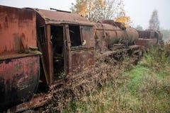 Alte rostige Züge Alte verlassene Bahn, versehend mit schmutzigem altem tra mit Seiten Lizenzfreie Stockbilder