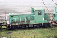Alte rostige Züge Alte verlassene Bahn, versehend mit schmutzigem altem tra mit Seiten Lizenzfreies Stockfoto