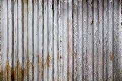 Alte rostige Zinkplatte, vertikales Muster auf alter Blechtafel für Weinlesehintergrund Graue schmutzige Beschaffenheit stockfotos