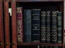 Alte rote Bücher auf einem Regal Lizenzfreies Stockfoto