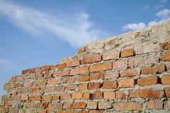 Alte rote Backsteinmauer Stockbild