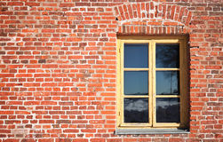 Alte rote Backsteinmauer mit Fenster Stockbilder