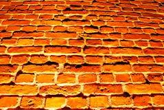 Alte rote Backsteinmauer mit Straßenlaterne Lizenzfreies Stockbild