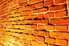 Alte rote Backsteinmauer mit Straßenlaterne Stockfotografie