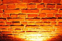 Alte rote Backsteinmauer mit Straßenlaterne Stockfotos