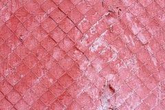 Alte rote Betonmauer mit Stahlmasche Stockfotos