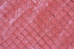 Alte rote Betonmauer mit Stahlmasche Stockbild