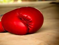 Alte rote Boxhandschuhe Lizenzfreie Stockfotografie
