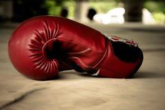 Alte rote Boxhandschuhe Lizenzfreie Stockbilder