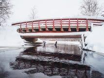 Alte rote Brücke im Winter Lizenzfreies Stockbild