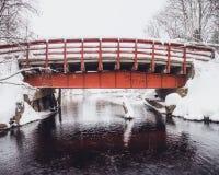 Alte rote Brücke im Winter Stockbild