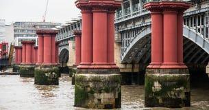 Alte rote Brücken-Unterstützungen herein durch Blackfriars-Brücke Stockbilder