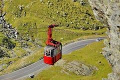 Alte rote Drahtseilbahn in den Bergen Stockfotografie