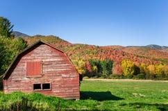 Alte rote hölzerne Scheune im Adirondacks während der Laub-Spitze Lizenzfreie Stockfotos