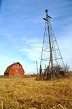 Alte rote Scheune stellte durch eine Windmühle in den Schatten lizenzfreies stockbild