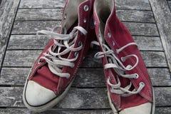 Alte rote Segeltuchschuhe Stockbild