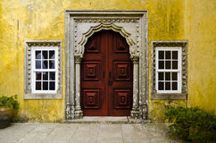 Alte rote Tür in Quinta da Regaleira, Sintra, Portugal Stockfoto