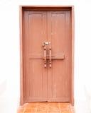 Alte rote Türschrauben mit Vorhängeschloß Lizenzfreie Stockbilder