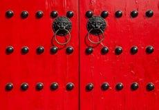 Alte rote Tür des traditionellen Chinesen Stockfotos