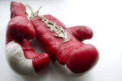 Alte rote und weiße Boxhandschuhe Lizenzfreie Stockfotografie