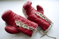 Alte rote und weiße Boxhandschuhe Stockbilder