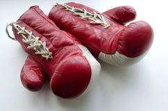 Alte rote und weiße Boxhandschuhe Lizenzfreies Stockfoto