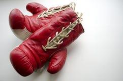 Alte rote und weiße Boxhandschuhe Lizenzfreies Stockbild