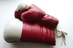Alte rote und weiße Boxhandschuhe Stockfoto