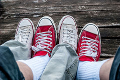 Alte rote und weiße Turnschuhe Lizenzfreie Stockfotos